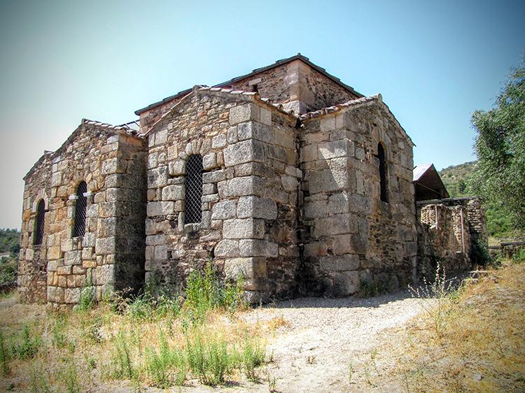 Basílica de Santa Lucía del Trampal en Alcuéscar